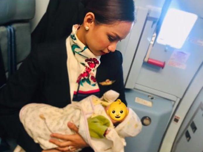 Stewardess Patrisha Organo deelde een foto van het moment op Facebook. Het gezichtje van de baby verborg ze achter een emoji om de privacy van het kindje en haar familie te beschermen.