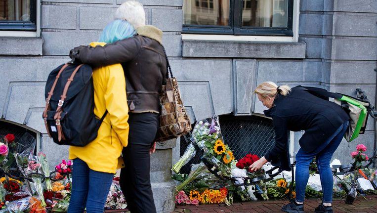 Bij de burgemeesterswoning worden bloemen neergelegd. Beeld anp