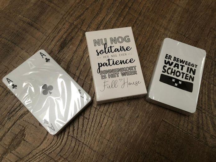 De speelkaarten met een inspirerende opdruk op het doosje: 'Nu nog solitaire, heb nog even patience, binnenkort is het weer full house'