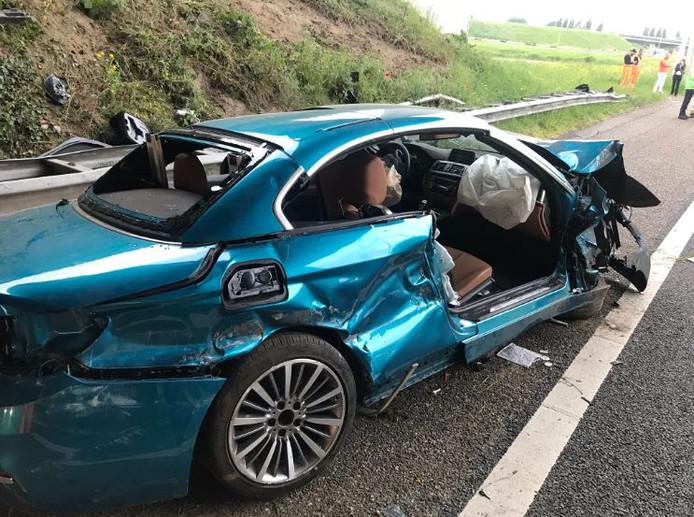 Van de azuurblauwe BMW bleef weinig over.