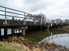 Wethouder Cegerek op gesprek in Wapenveld over sloop en vervangen van Kanaalbruggen