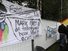 Fans protesteren met spandoeken tegen bestuur