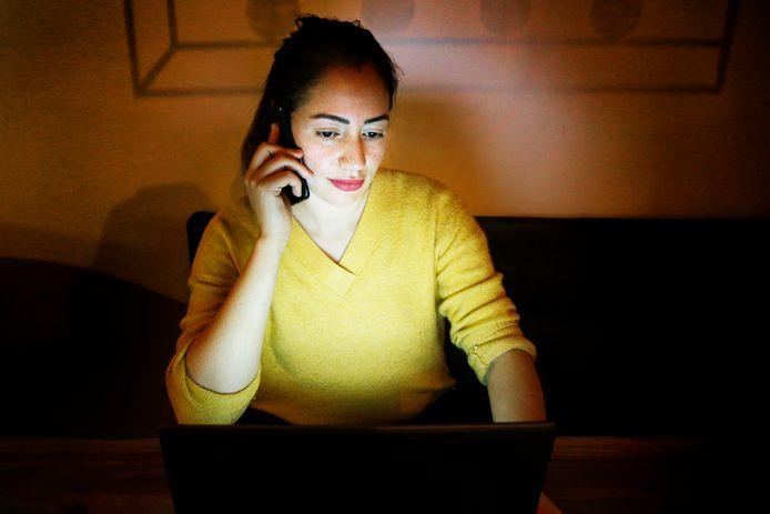 Malika Khettab zit aan de avondkloktelefoonlijn voor de Wijk Kanaleneiland.