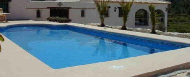 Illustratiefoto van een Spaans vakantiehuis met zwembad.