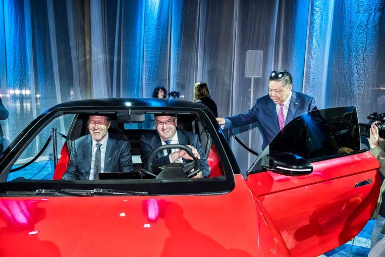 In Gosselies bij Charleroi  rolt vanaf 2020 de Chinese wagen Chloe van de band. Burgemeester Paul Magnette (l.), Waals minister van Economie Pierre-Yves Jeholet en Wellen Sham, CEO van Thunder Power, zijn enthousiast. Beeld DIRVEN TIM