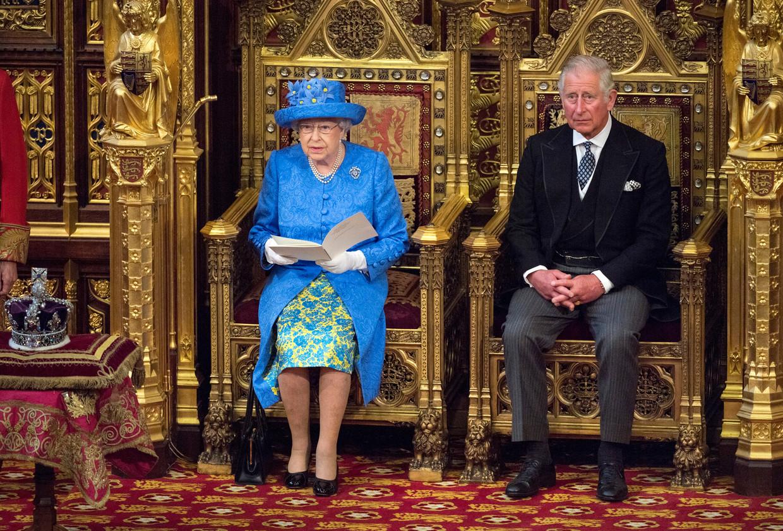 Koningin Elizabeth II (L) met haar zoon kroonprins Charles (R) in 2017 tijdens de Queen's Speech, de Britse troonrede.  Beeld EPA/STRINGER