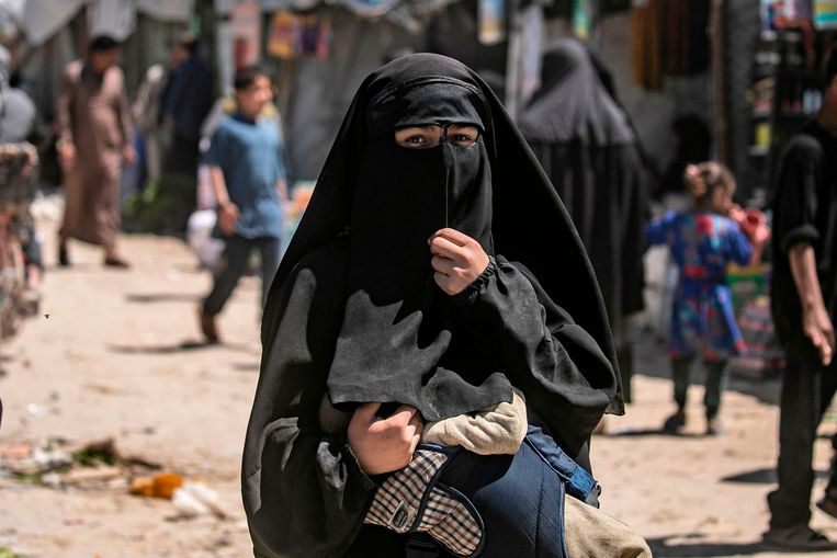 Een vrouw met een baby in het Syrische kamp Al Hol.  Beeld AFP