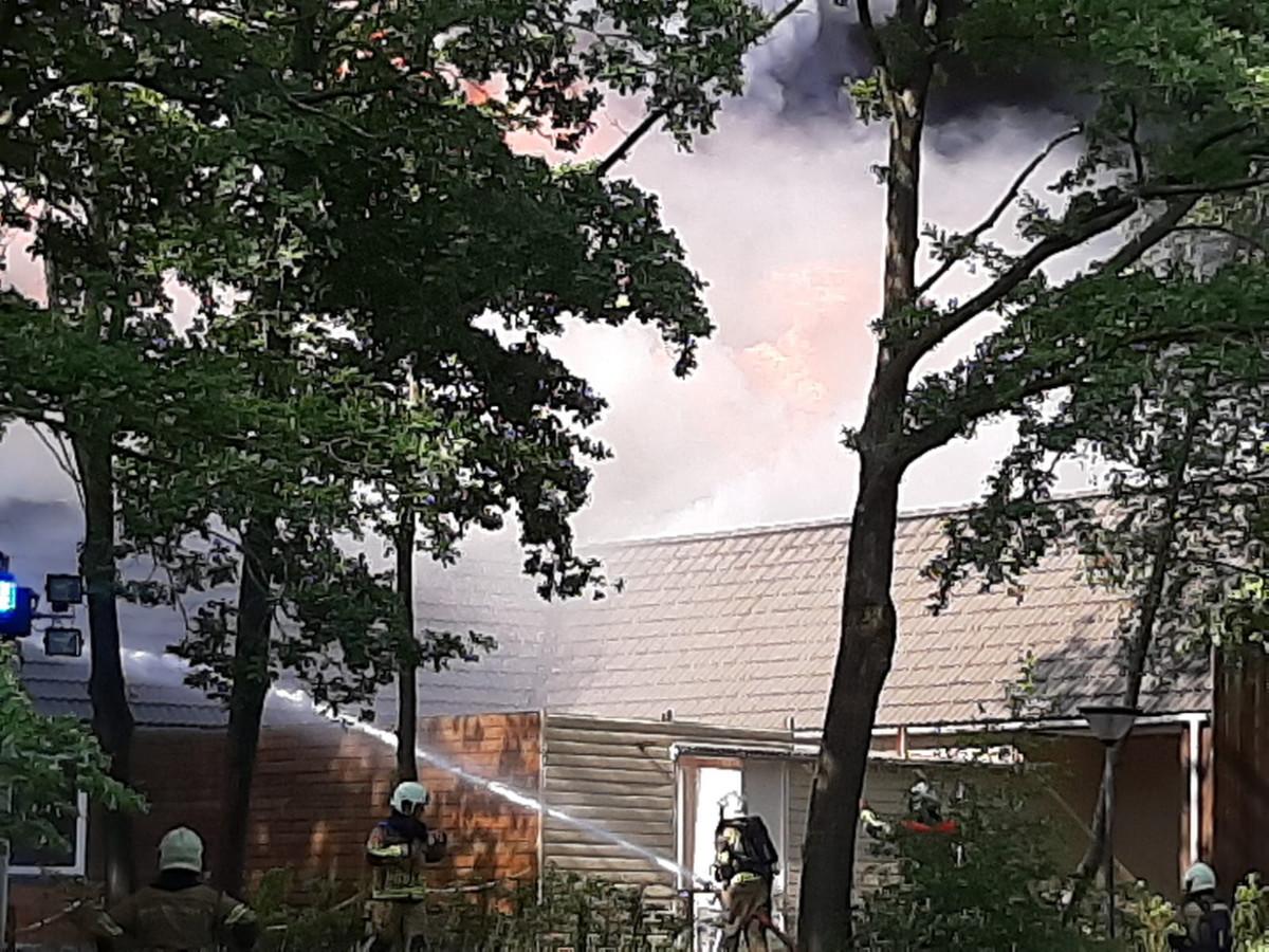 De brandweer blust de brand in het hoofdgebouw van de Beekse Bergen.