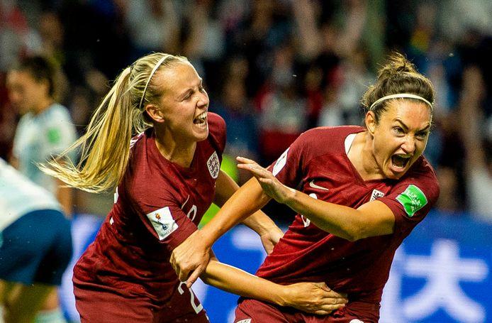 Jodie Taylor (r) viert haar goal.
