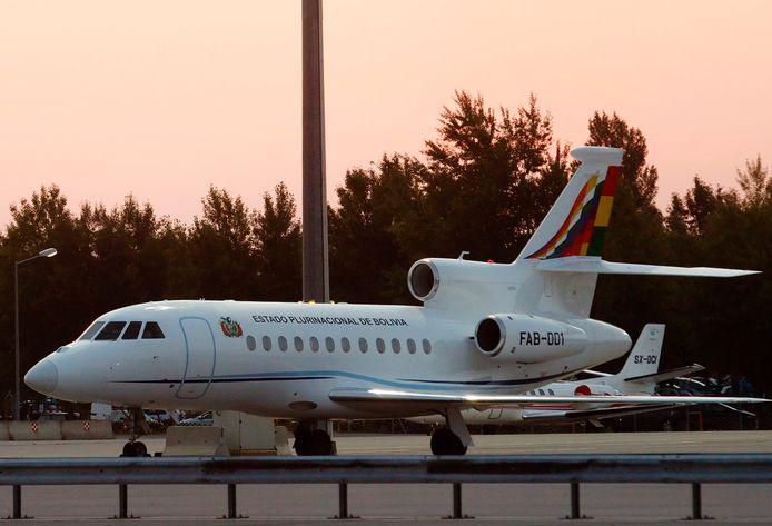 Het Boliviaanse presidentiële vliegtuig aan de grond op de luchthaven van Wenen.