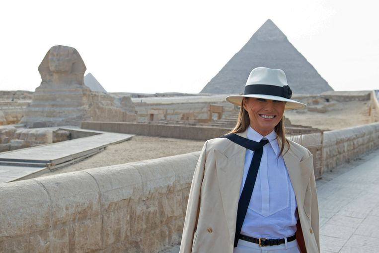 Melania Trump bij de piramides in Egypte.