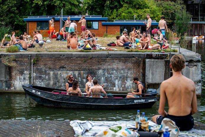 Zomerse drukte bij de Muntsluis in Utrecht