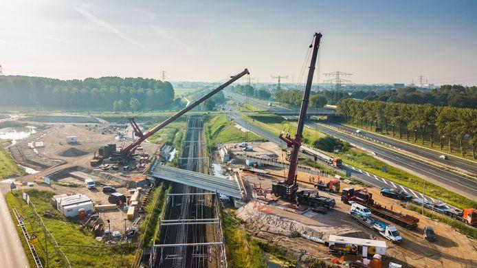 Werkzaamheden boven het spoor van de Betuwelijn, waarover twee nieuwe viaducten worden aangelegd voor de nieuwe aansluiting van de A15 op de N214.
