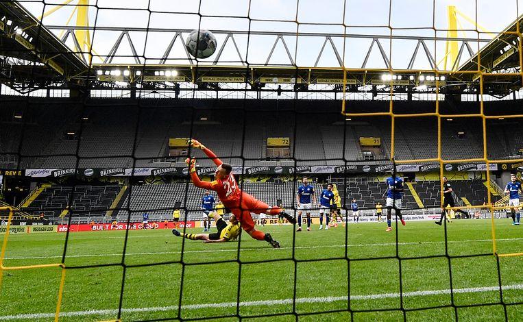 Raphael Guerreiro maakt het vierde doelpunt namens Borussia Dortmund. Beeld AP