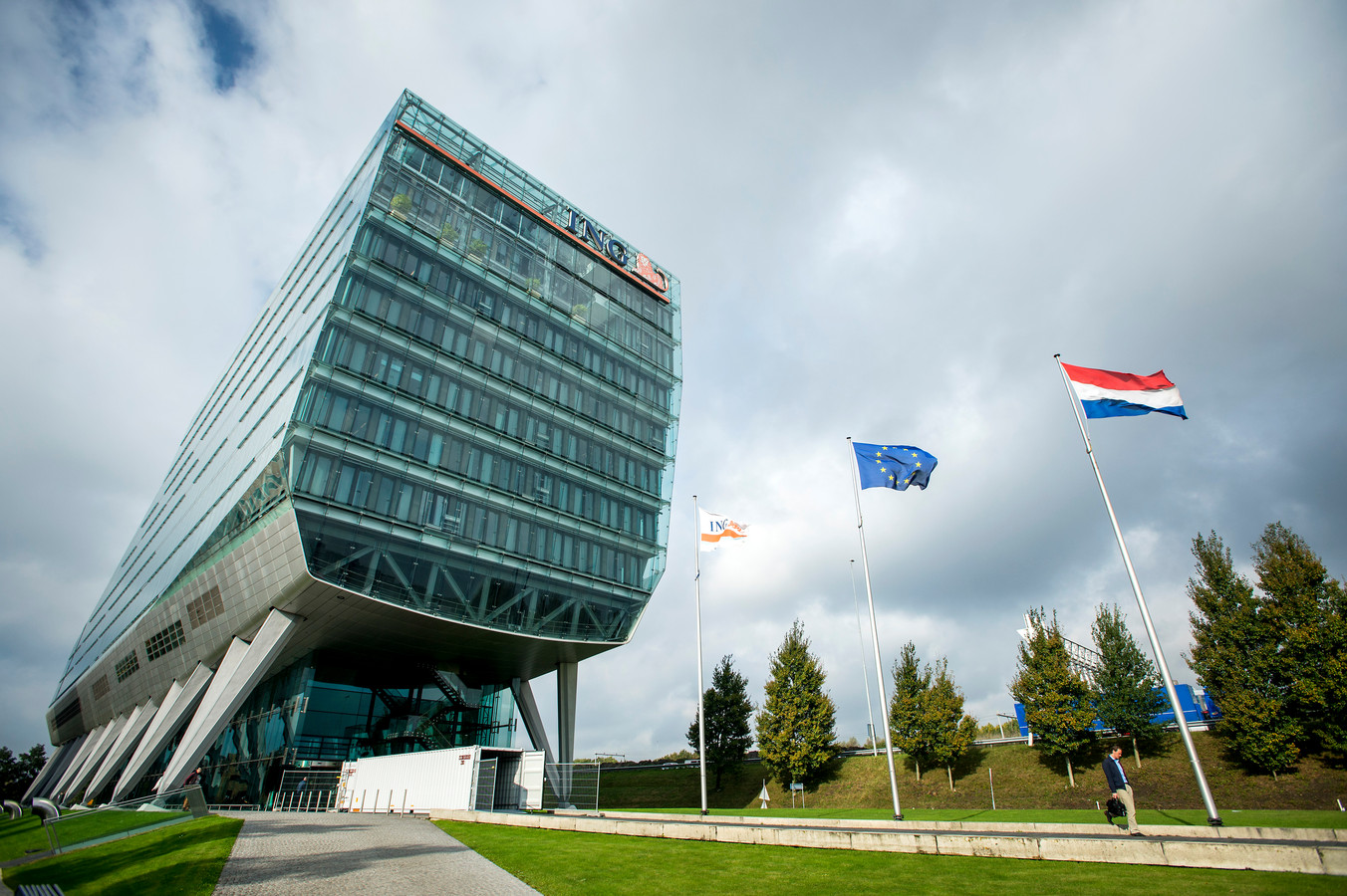 De 'poenschoen', het prestigieuze hoofdkantoor van ING langs de Zuidas in Amsterdam, is inmiddels verruild voor het oude hoofdkantoor in de Bijlmer.