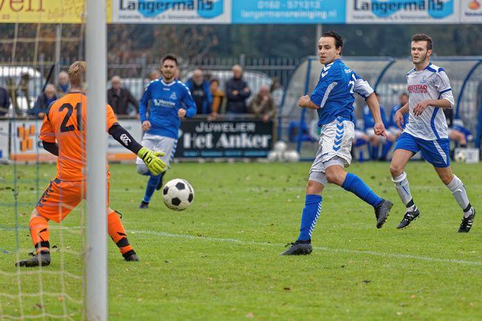 Waspik-aanvaller Lesley Verschuren (rechts, blauwe shirt) schiet de 6-0 achter de invallende Raamsdonk-doelman Sven Bink.