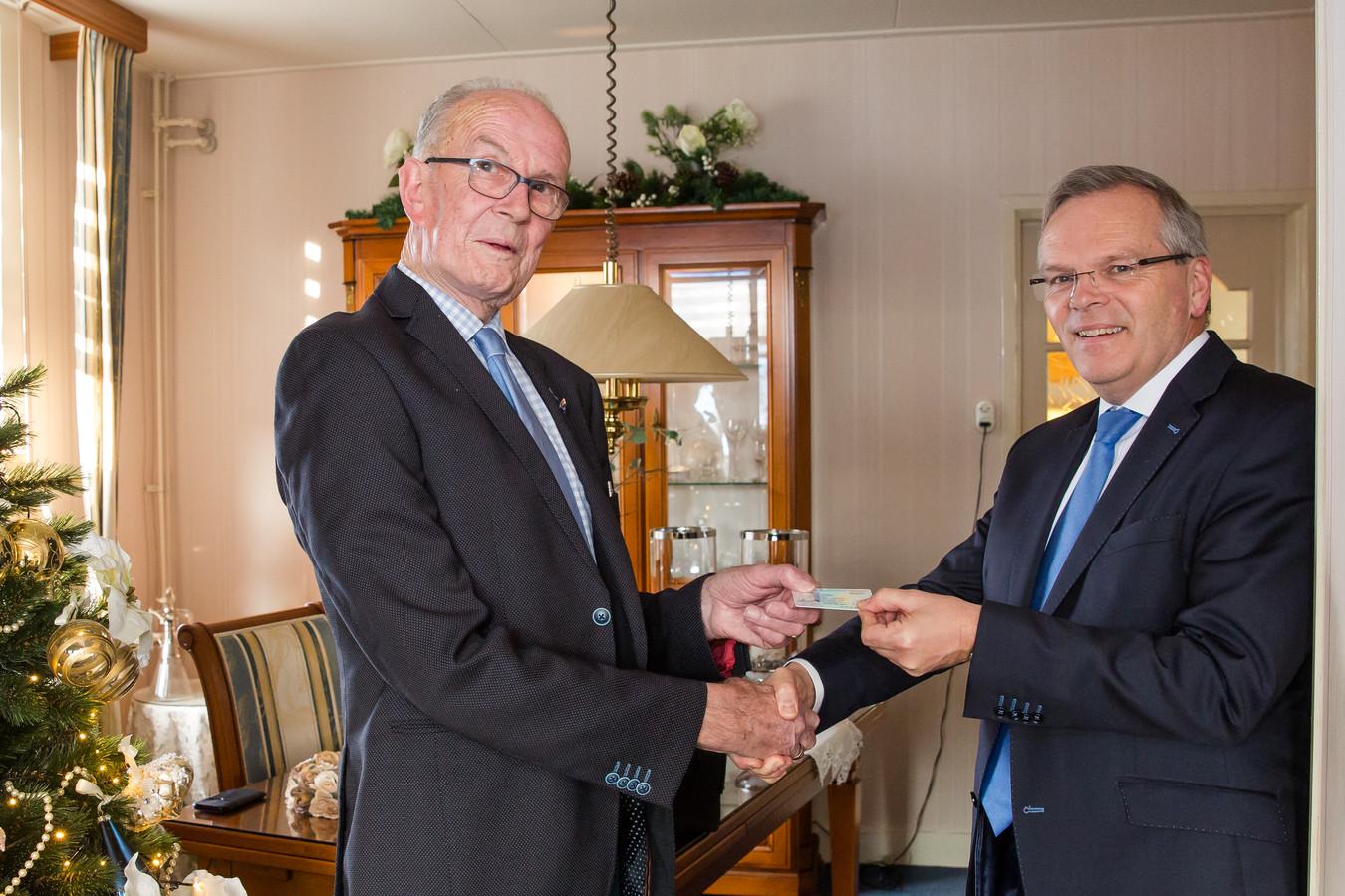 Piet van Roon (links) samen met burgemeester Jan Luteijn.