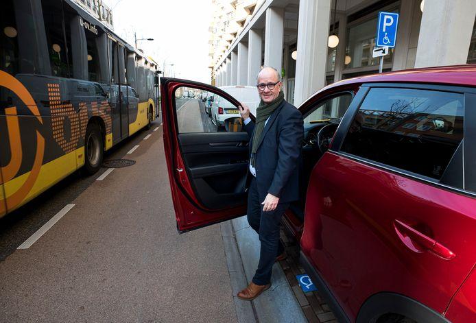 PVV'er Henk van Deun op een invalidenparkeerplaats aan de Parijsboulevard in Leidsche Rijn.