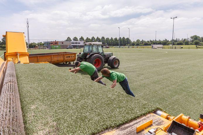 De aanleg van kunstgras bij voetbalclub ZAC in Zwolle.