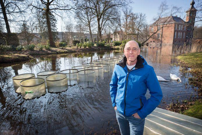 BREDA - Specialist waterbeheer Guido Waajen bij de onderzoeksbuizen in de kasteelvijver van Bouvigne: 'De natuur is nooit helemaal voorspelbaar.'