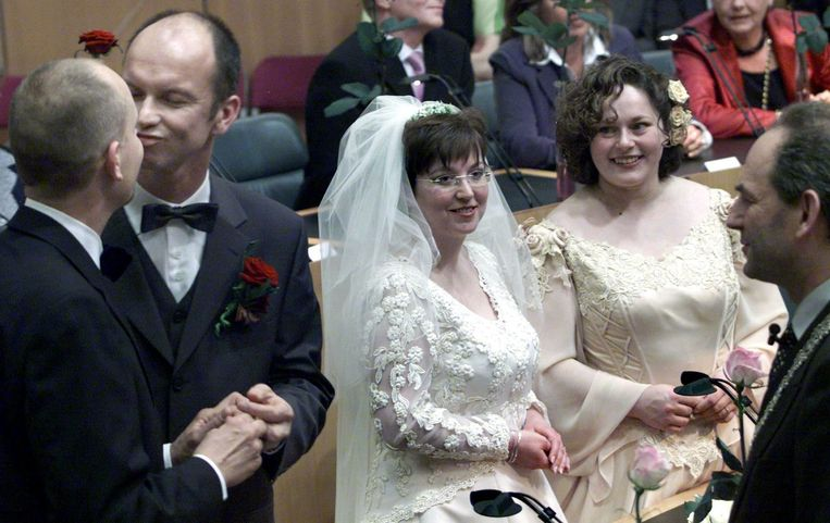 Op 1 april 2001 geven Dolf Pasker (links) en Gert Kasteel elkaar een zoen nadat zij in het huwelijk zijn getreden. Hélène Faasen en Anne-Marie Thus staan klaar om elkaar het ja-woord te geven. Beeld ANP