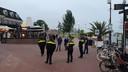 De politie is duidelijk aanwezig zaterdagavond als de eerste jongeren verschijnen op de hoek van de boulevard en de Wijde Wellen.