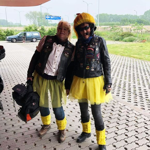 Het organisatieteam van de rit reed verkleed als stripheld rond zoals deze Annemieke en Rozemieke