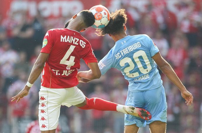Jeremiah St. Jute (l) in actie namens FSV Mainz tegen SC Freiburg.