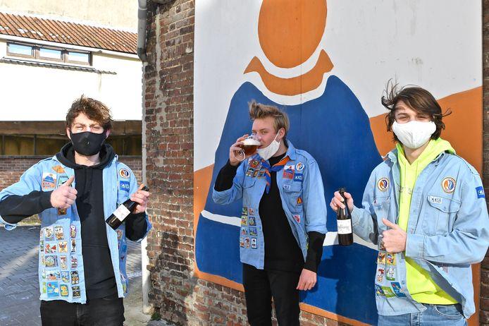 we bemerken vlnr bondsleider Briek Verhaeghe, leider Vic Vermeersch en leider Aico Van de Moortele met het bier Grensvuurke.