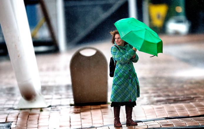Wind en regen razen over het land in de vroege morgen.