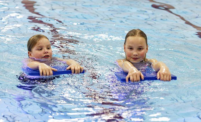 Er zijn lange wachtlijsten voor de zwemlessen ontstaan.