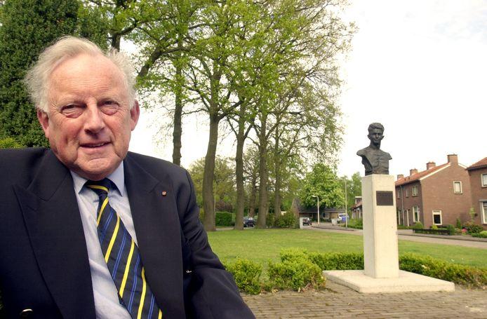 Oud-burgemeester Herman Smit van Hardenberg bij het borstbeeld van de door hem bewonderde Frits de Zwerver in Heemse bij Hardenberg, in 2014.