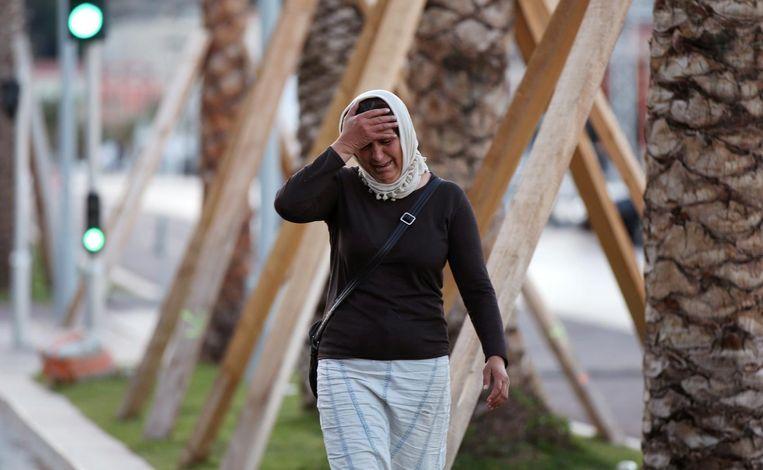 Een vrouw in Nice huilt en vraagt naar haar zoon. Beeld afp