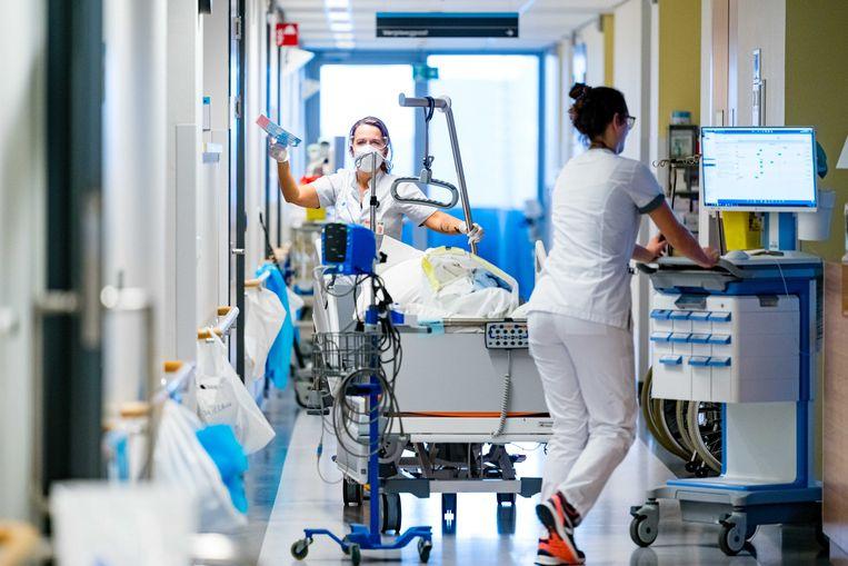 Verplegend personeel op de cohortafdeling van het Catharina Ziekenhuis in Eindhoven. Beeld ANP