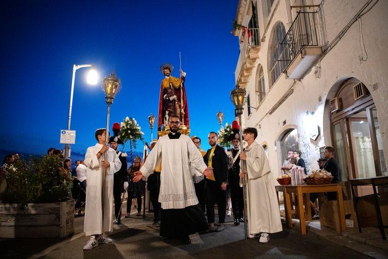 Processie van Sint-Joris in Locorotondo, tussen Brindisi en Bari. Beeld SANNE DE WILDE