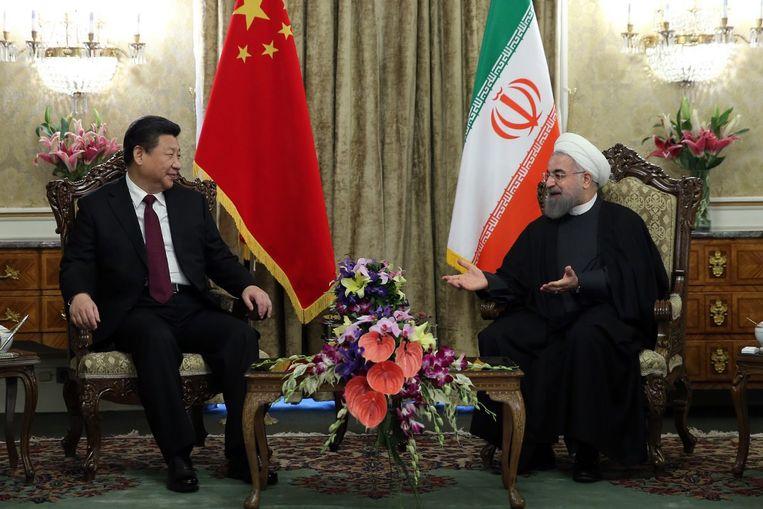 De Iraanse president Rohani (rechts) tijdens een onderhoud met de Chinese president Xi Jinping in Teheran. Beeld EPA