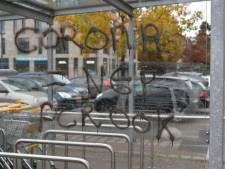 Corona-ontkenners in Breda slaan nu toe bij Jumbo, glazen stalling beklad