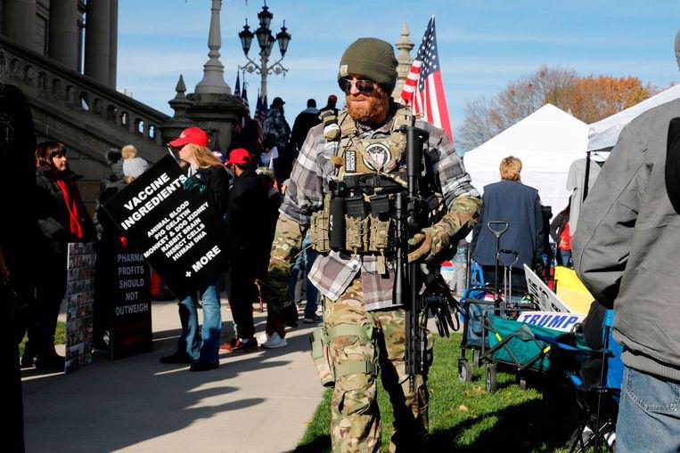 Trump-aanhangers in Michigan ondersteunen diens bewering dat de verkiezingen frauduleus zijn verlopen.  Beeld AFP