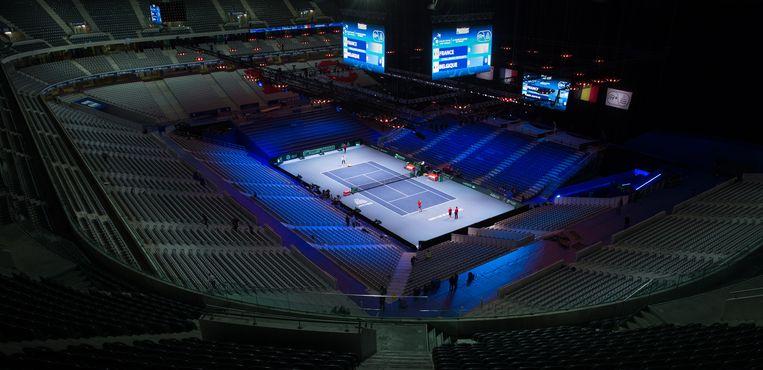 ► De Belgische mannen trainen in het Stade Pierre Mauroy. De voetbaltempel van Lille is voor de gelegenheid omgetoverd tot tennishal voor 27.000 toeschouwers. Beeld BELGA