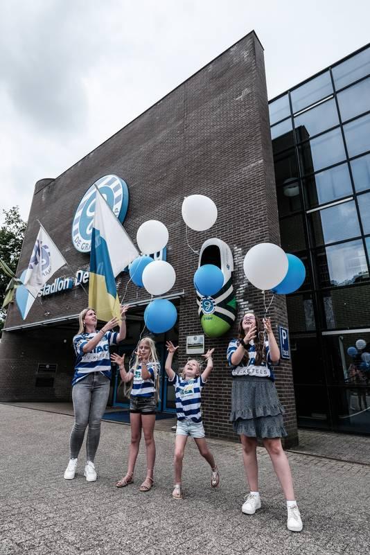 Kleinkinderen Julia (5), Noa (9), Lisanne (12) en Kimberly (22) laten ballonnen op ter ere van hun opa.