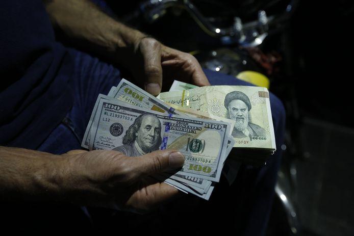 Illustratiebeeld buitenlandse valuta (Photo by ATTA KENARE / AFP)