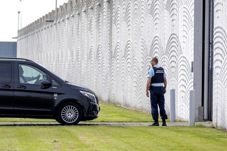 Een beveiligd transport komt aan bij Justitieel Complex Schiphol. Het OM eist levenslang voor beide verdachten van de moord op de advocaat. Beeld ANP