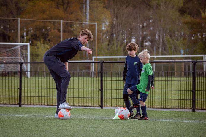 Deelnemers Quinten (in het blauwe shirt) en Melle uit Dalfsen krijgen uitleg van trainer Niek Bolte.