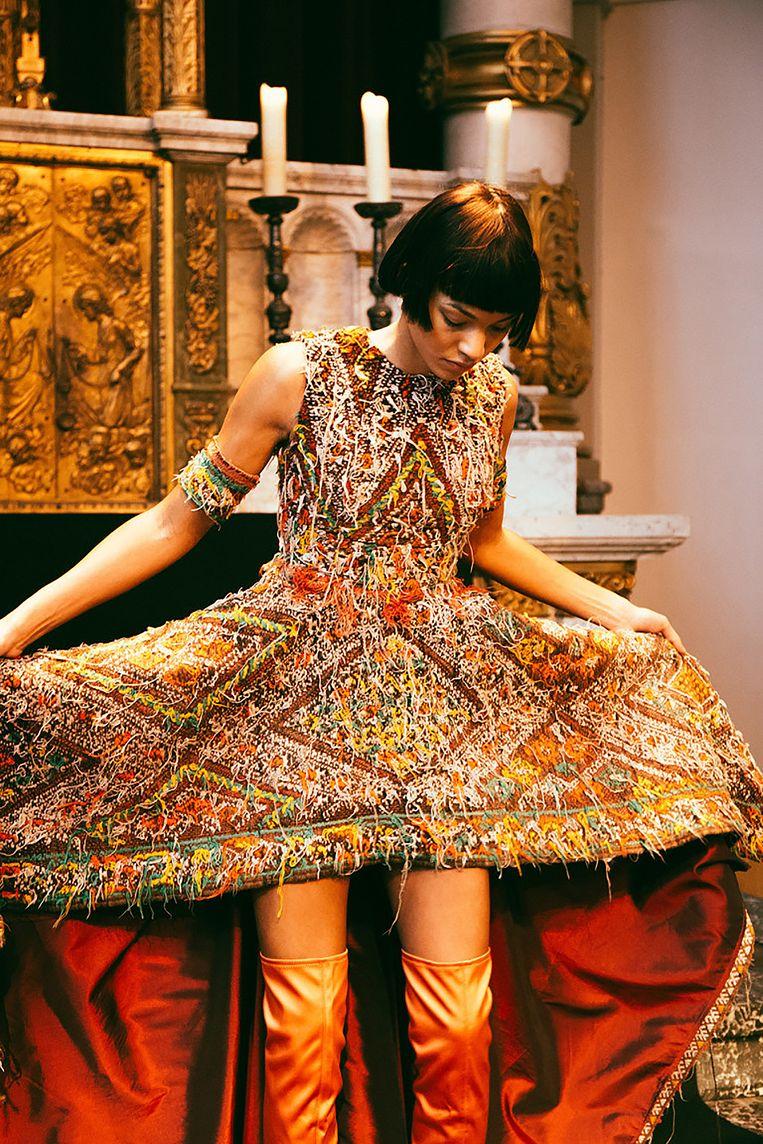 Karim Adduchi gebruikt gerecyclede materialen. Zo maakte hij een jurk uit een oud Berbertapijt. Beeld -