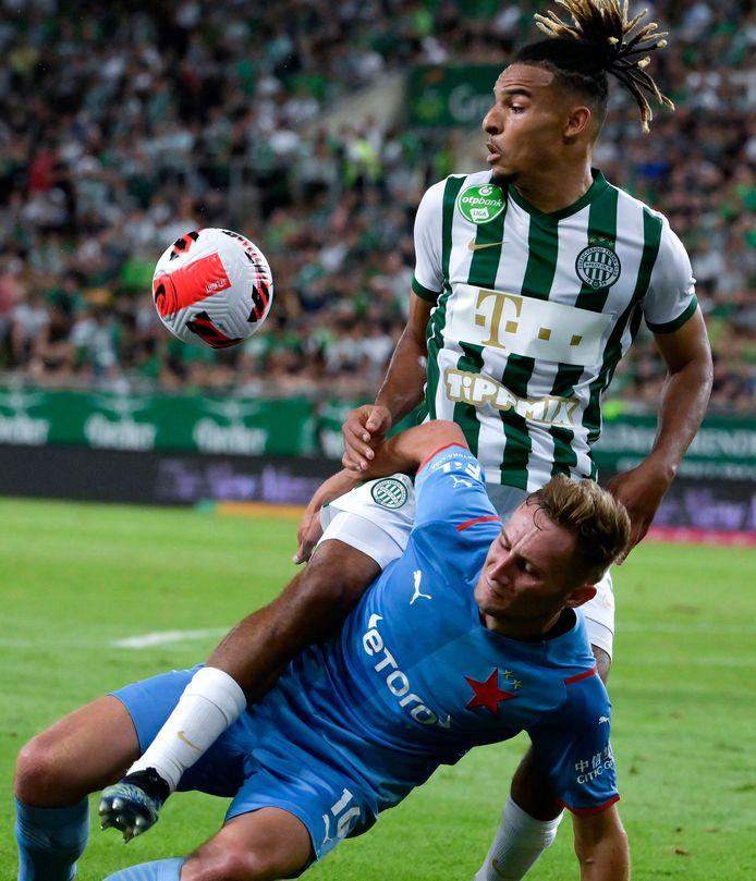 Samy Mmaee in duel met Jan Kuchta van Slavia Praag.