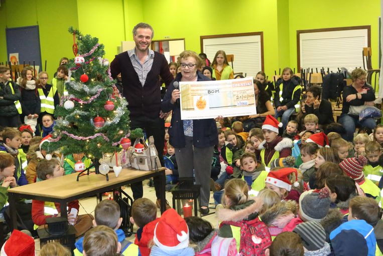 Alle kinderen hadden een geel hesje aan bij de cheque-overhandiging
