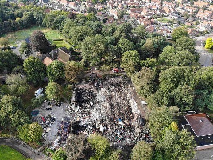 Een dronefoto laat goed zien hoe verwoestend de brand is geweest.