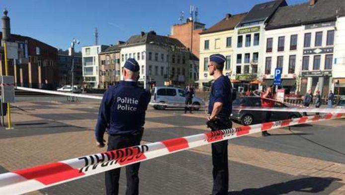 Politie buiten het station in Mechelen.