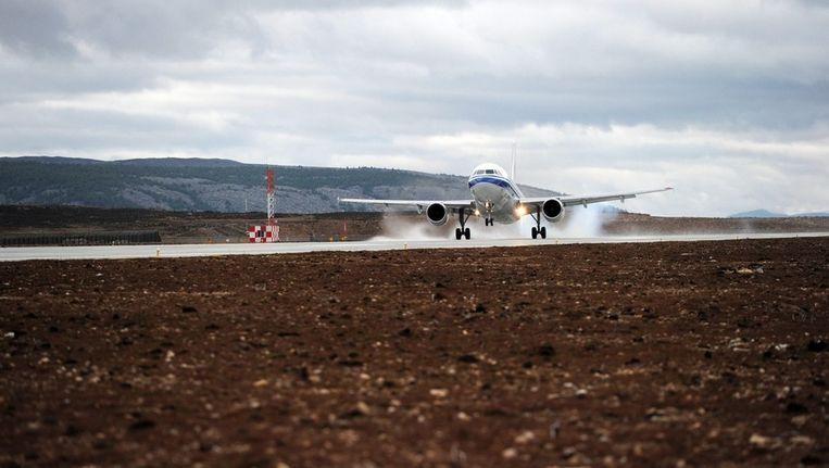 Een vliegtuig landt op het hoogste luchthaven ter wereld Beeld anp
