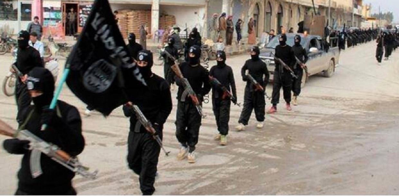 IS-strijders trekken door de straten in Raqqa, de hoofdstad van het Kalifaat. Beeld AP/DPA
